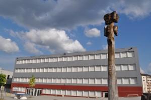Totem et bâtiment I   ©